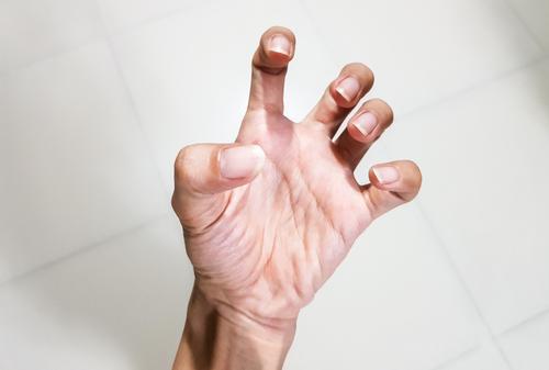 fájdalom az ujjak ízületei)