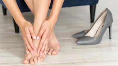 fájdalom a bal láb ízületében járás közben