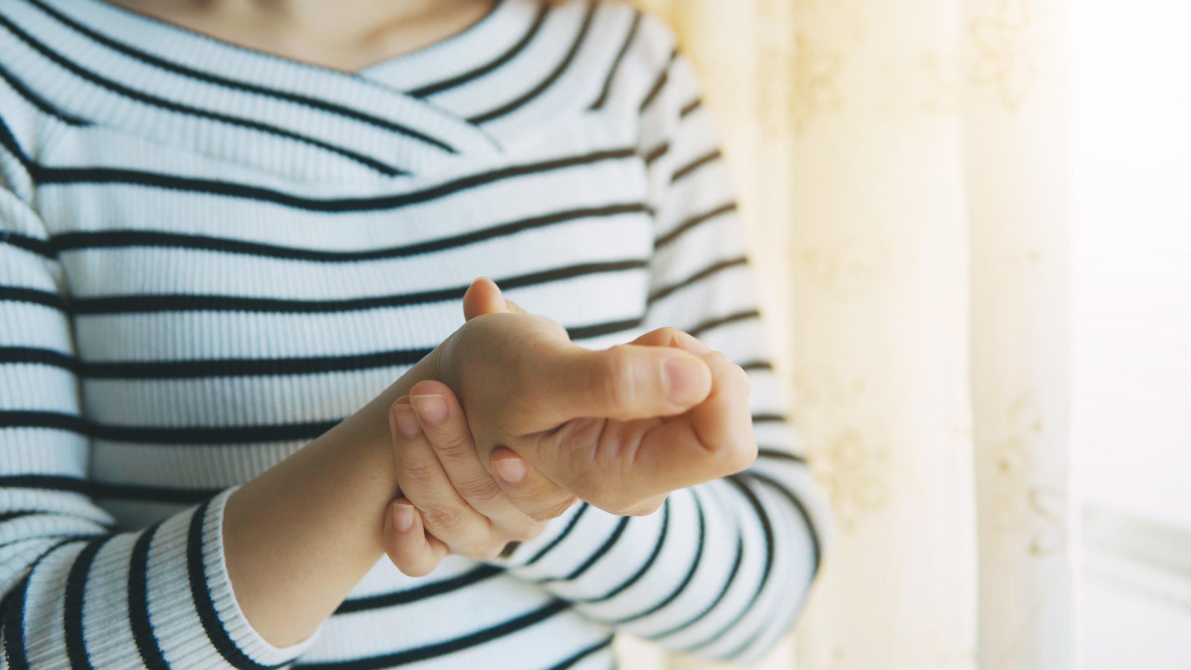 az ujjak ízületi gyulladásának első jelei)