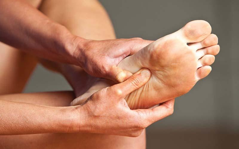a bal láb medence fájdalma)