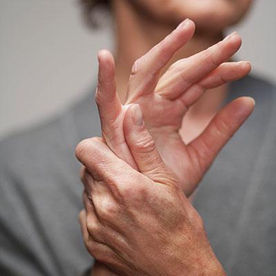 fájdalom a bal kéz mutatóujja ízületében