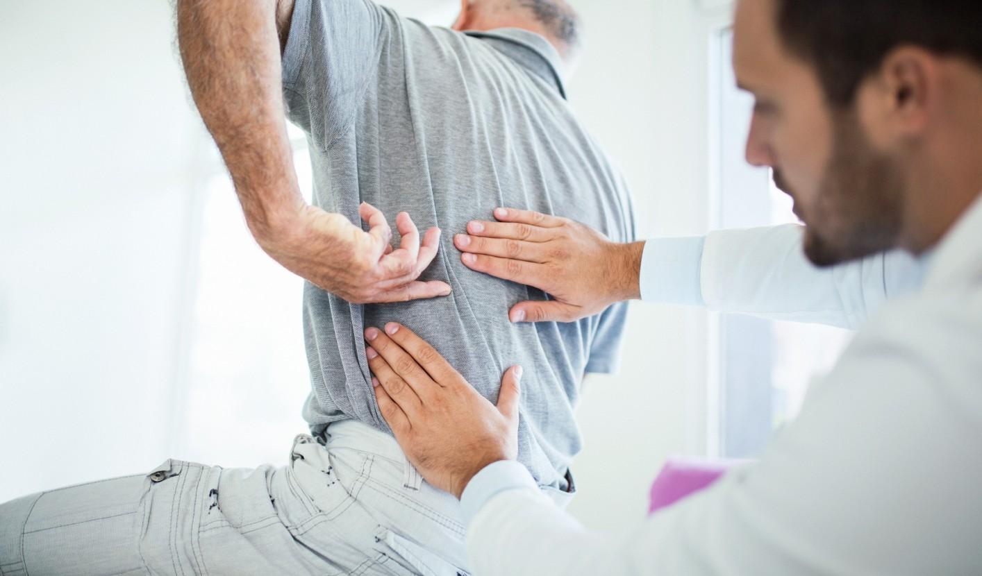 fájdalmat okoz a gerinc ízületeiben)