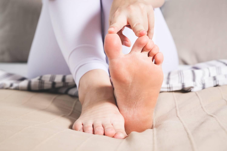 fájdalom a jobb láb nagy lábujjának ízületében)