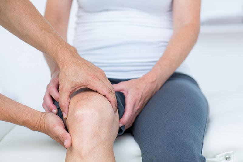 a térd ízületeinek sérüléseinek kezelése éles ízületi fájdalom járás közben