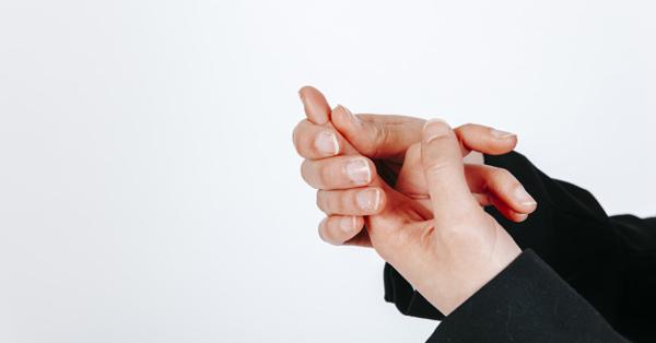 a könyökízületek fájnak, az ujjak zsibbadtak