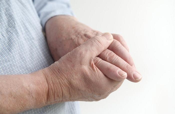 a kéz könyökízületei fájnak, az ujjak zsibbadnak