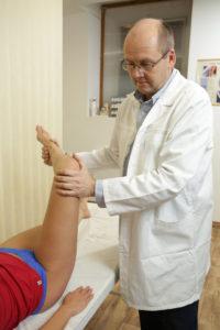 fájdalom a lábak térdízületében
