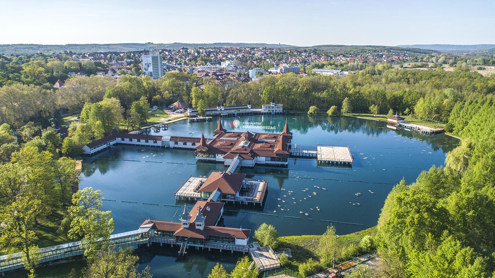 artróziskezelés magyarországon a hévizi tónál