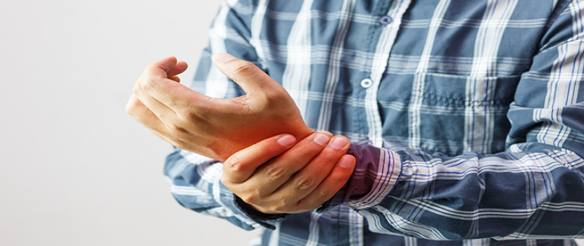 kezdődő reumatoid arthritis tünetei)